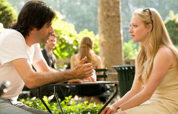 O diretor Gary Winick conversa com Amanda Seyfried durante as filmagens de Cartas Para Julieta