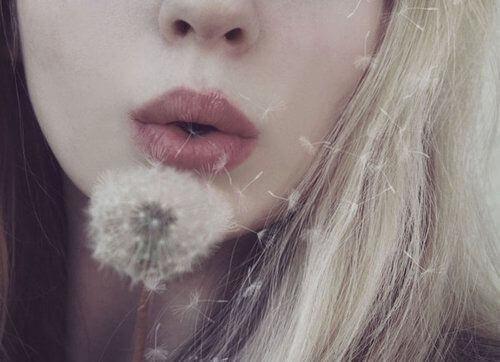 menina-soprando-dente-de-leao