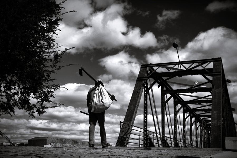 trabalhador-e-a-ponte-metálica-de-quixeramobim-ce