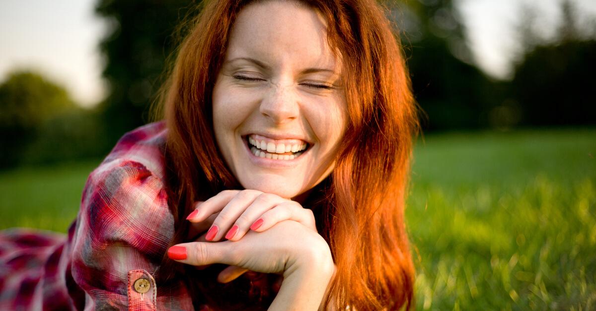 Resultado de imagem para mulher sorrindo