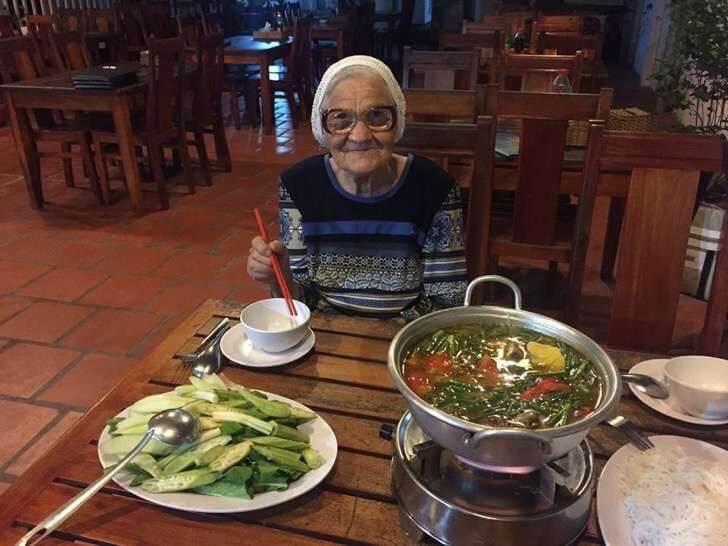 Resultado de imagem para fotos Vovozinha de 89 anos viaja sozinha pelo mundo com a sua mochila e bengala
