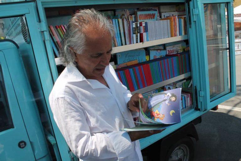 Aposentado amante de livros cria biblioteca móvel, levando acesso à leitura para crianças 5